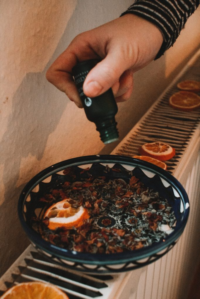 ätherisches Öl zum weihnachtlichen Raumduft mit getrockneten Orangenscheiben